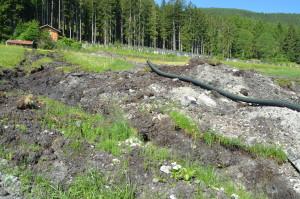 Verlegung eines Drainagerohres in einem Niedermoor