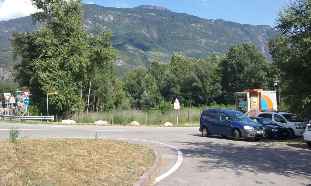 Strasse, Parkplätze und Pegelmessstelle, wo früher Auwald stand