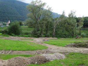 Ein Feuchtgebietskomplex mit einer artenreichen Wiese musste einer Apfelmonokultur weichen (Tisens 2015)