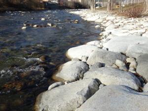 neue harte Verbaung mit Steinen, keine natürlichen Ufer