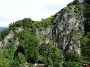 Eingang Gaulschlucht- der hintere Teil der Schlucht wurde zu einem Natura 2000 Gebiet- der Eingang der Schlucht wurde mit unnützen Verbauungen verbaut- kein Weg findet sich unterhalb der vergitterten Felsen